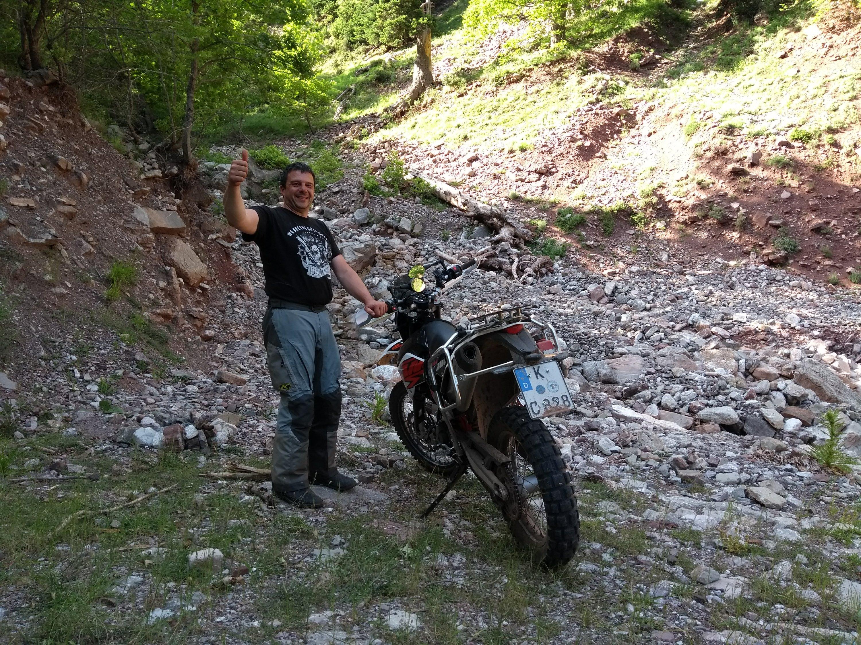 zwei motorräder verladen